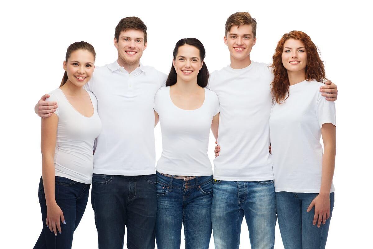צוות עם חולצה לבנה תואמת