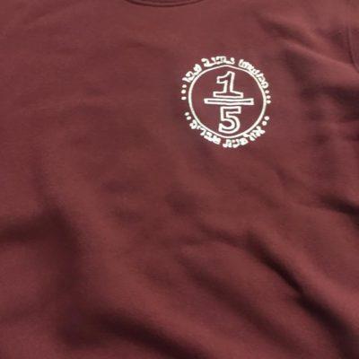 חולצת קפוצ'ון בורדו עם הדפס לבן חלק קידמי