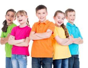 בני נוער עם חולצות מודפסות צבעוניות